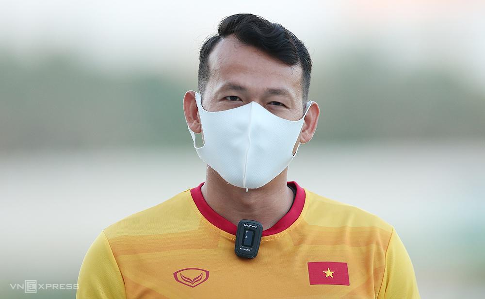 Bùi Tấn Trường trả lời phỏng vấn trước buổi tập tối 2/6 của tuyển Việt Nam tại Dubai, UAE. Ảnh: Lâm Thoả