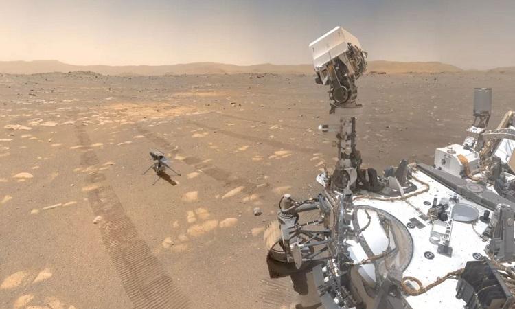 Robot Perseverance dõi theo trực thăng Ingenuity. Ảnh: NASA.