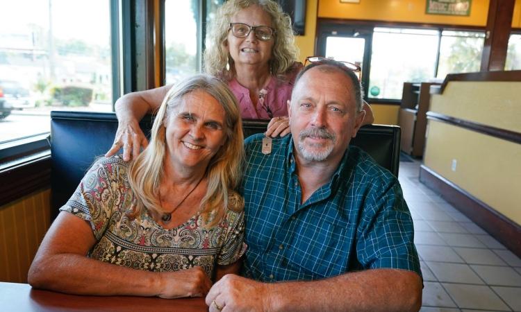Hai vợ chồng Debby Neal-Strickland (trái) và Jim Strickland (phải) cùng vợ cũ Mylaen Merthe (phía sau) tại một nhà hàng ở Florida, Mỹ, hôm 25/5. Ảnh: AP.
