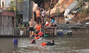 Người Hà Nội kéo ra sông hồ giải nhiệt nắng nóng