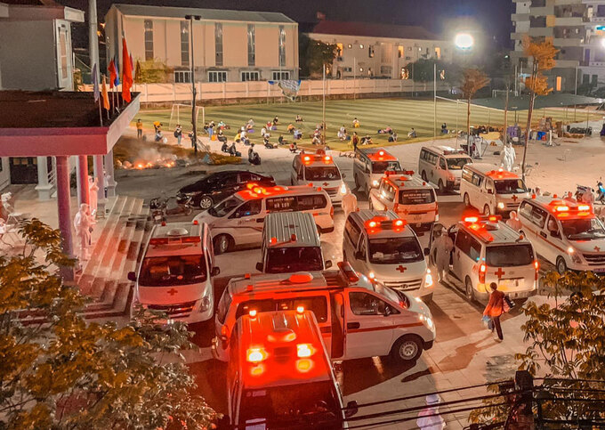 Xe của lực lượng y tế tập trung trước nhà văn hóa thôn Núi Hiểu, đưa công nhân đi cách ly tập trung, đêm 27/5. Ảnh: Trần Khánh Hòa