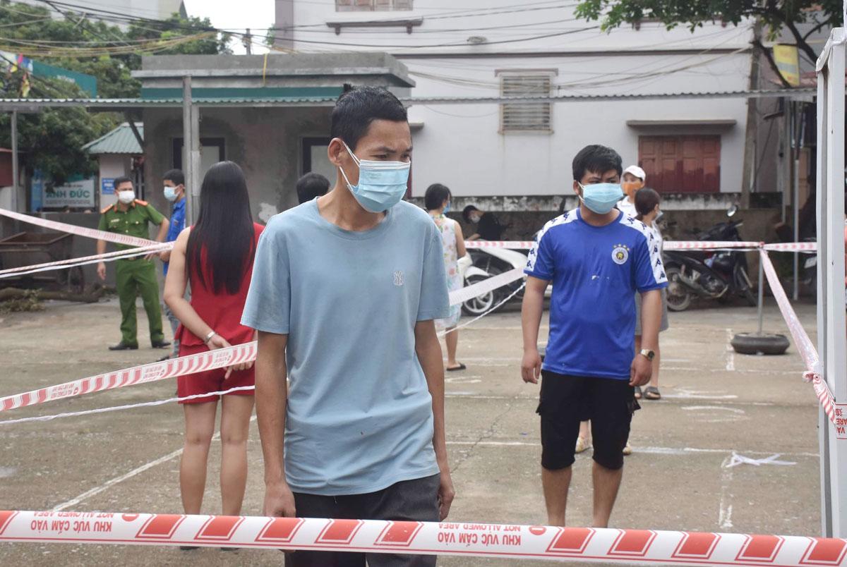 Công nhân trong vùng cách ly xã Nội Hoàng đi Siêu thị 0 đồng nhận nhu yếu phẩm do Liên đoàn lao động Bắc Giang hỗ trợ. Ảnh: Hồng Chiêu