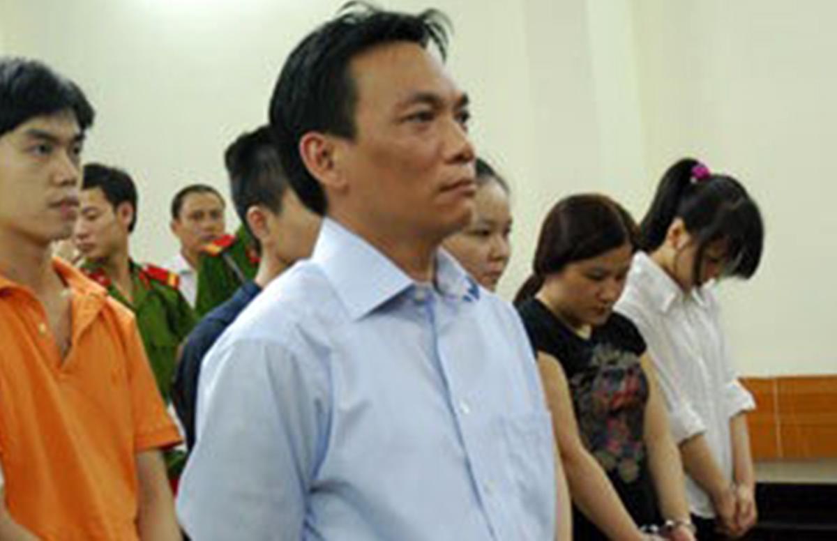 Ông Nguyễn Đại Dương (áo sơ mi xanh) bị xét xử trong vụ án liên quan ma tuý tại vũ trường New Century, năm 2007. Ảnh: Hoàng Anh.