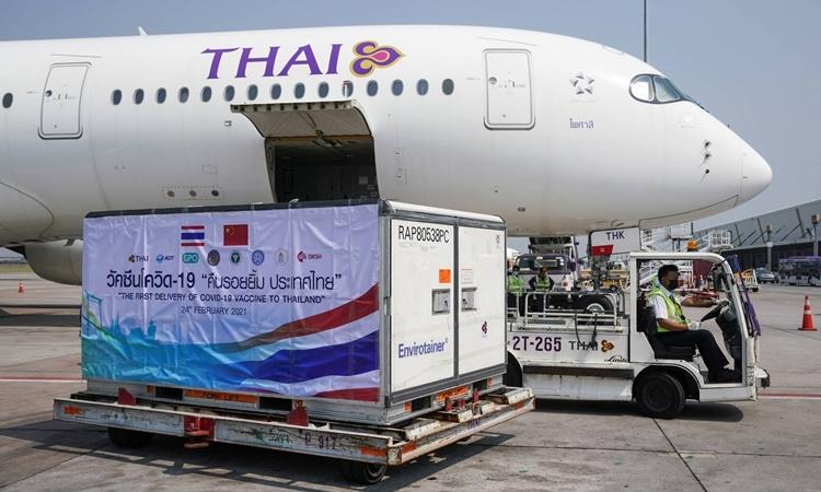 Thùng chứa vaccine Sinovac của Trung Quốc được dỡ xuống sân bay quốc tế Suvarnabhumi ở thủ đô Bangkok, Thái Lan, hồi tháng hai. Ảnh: Reuters.