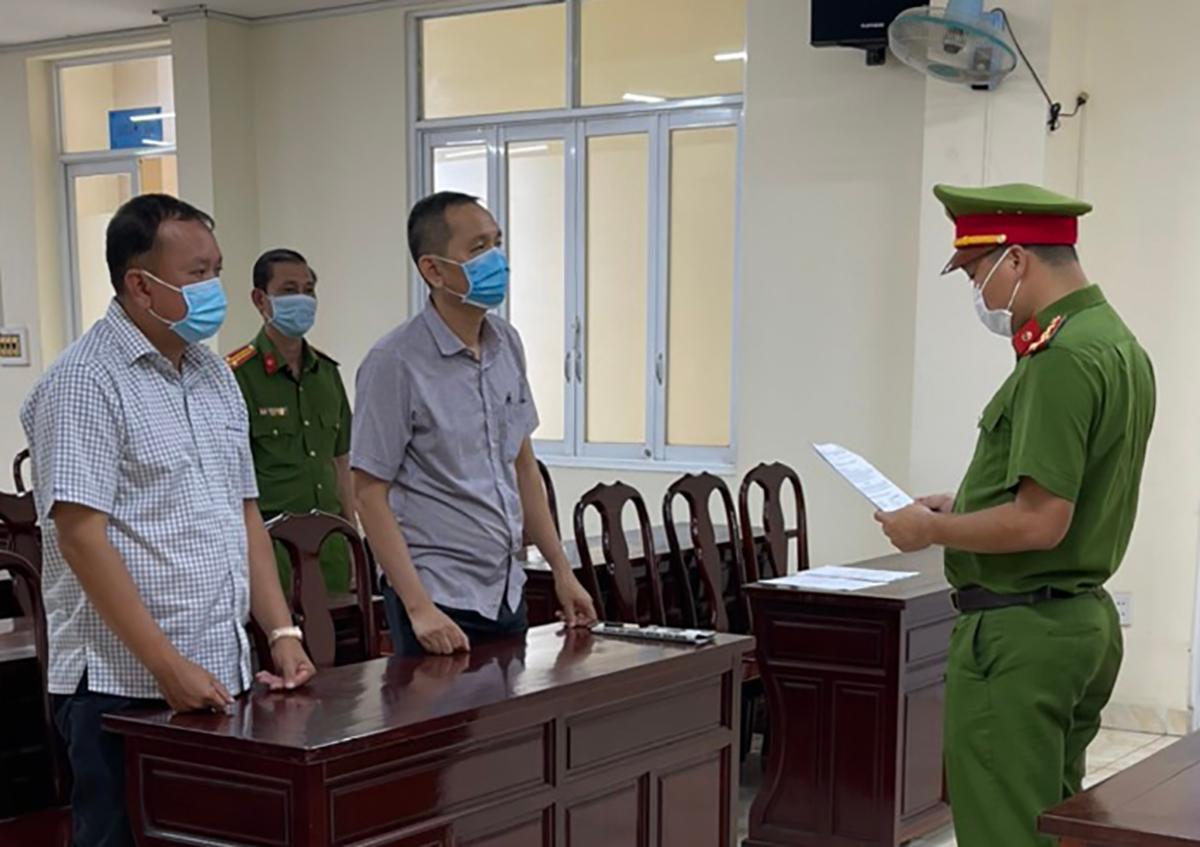 Hai anh em Sơn Mẫn (bìa trái) và Sơn Minh nghe đọc lệnh khởi tố ngày 2/6. Ảnh: Thái hà