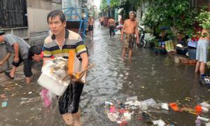 Mưa lớn ở Sài Gòn, cả xóm vớt rác