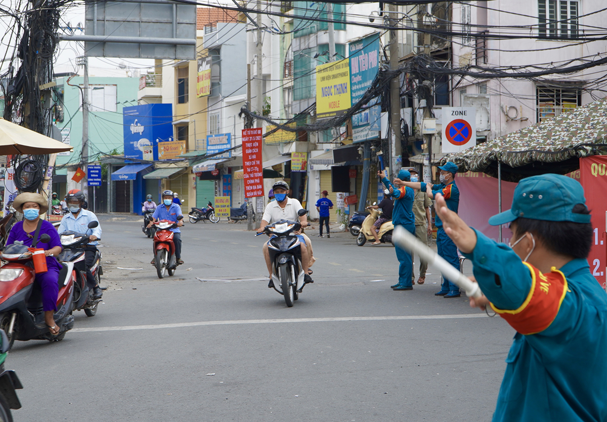 Lực lượng lức năng tạm ngưng kiểm soát, cho xe chạy bình thường tại chốt đường Lê Quang Định, sáng 2/6. Ảnh: Gia Minh.