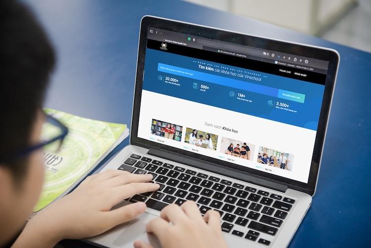 Học sinh sử dụng nền tảng học trực tuyến Vinschool.