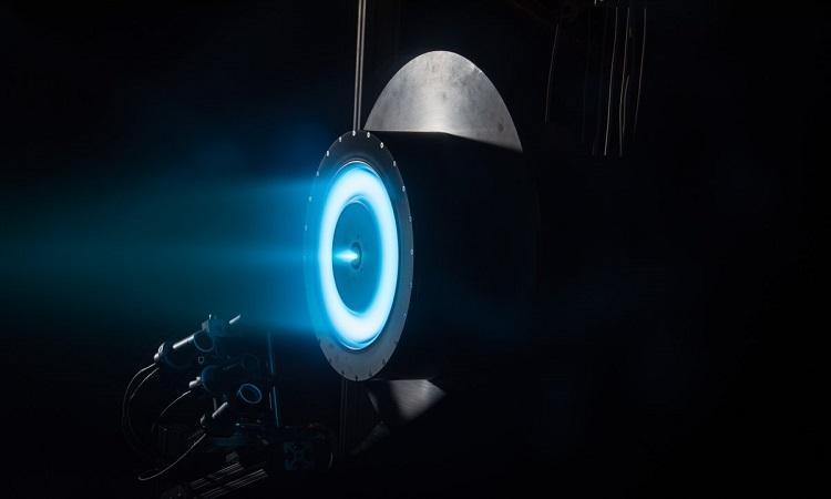 Động cơ đẩy ion phát ra vầng sáng màu xanh khi hoạt động. Ảnh: NASA.