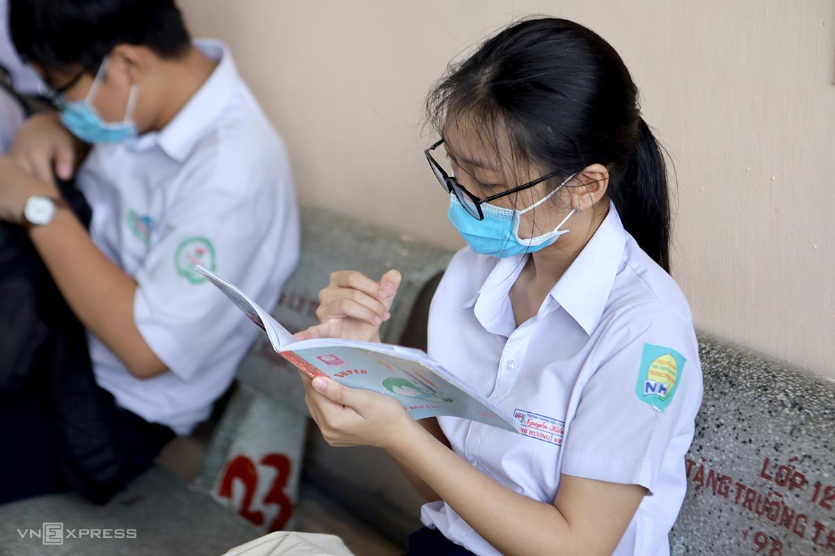 Thí sinh tranh thủ ôn bài trước khi vào phòng thi tại trường THPT Lý Tự Trọng, TP Nha Trang, sáng 3/6. Ảnh: Xuân Ngọc.