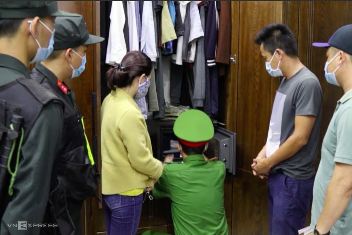 Nhà chức trách khám xét nhà của một người trong đường dây đánh đề. Ảnh: Quang Hà