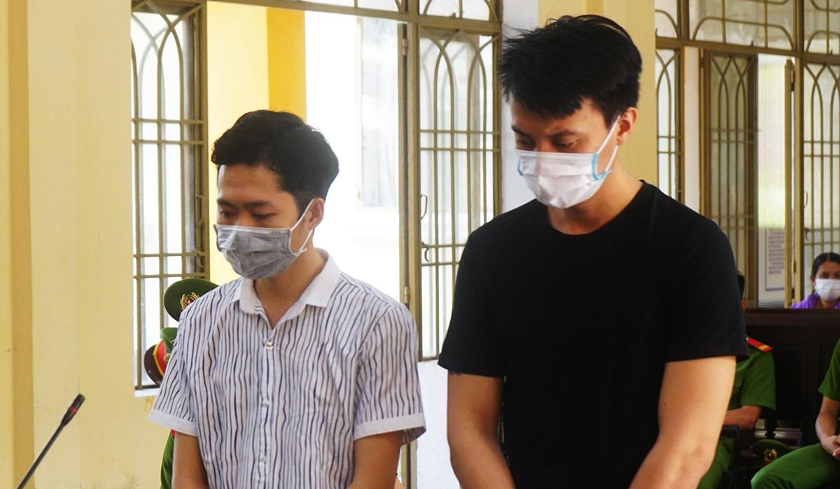 Bị cáo Nguyễn Thái Thành (trái) và Võ Hồng Quang tại phiên tòa sơ thẩm. Ảnh: Đắc Thành.