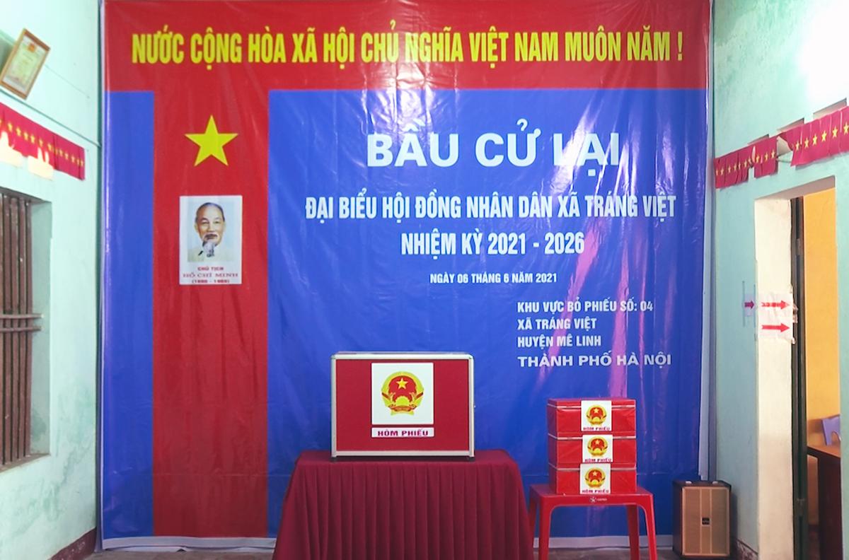 Công tác chuẩn bị cho bầu cử lại tại tổ bầu cử số 4, xã Tráng Việt đã cơ bản hoàn thành. Ảnh: Văn Lâm.