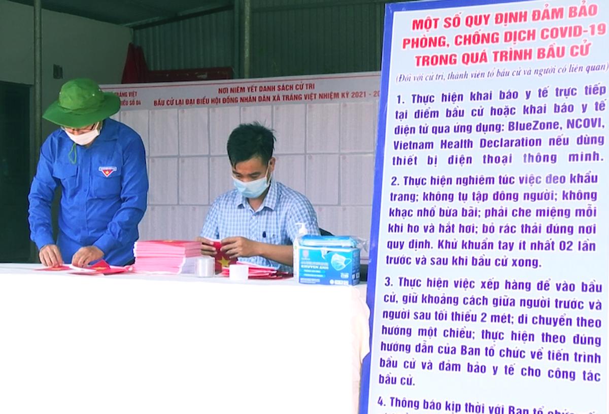 Các thành viên Tổ bầu cử số 4, xã Tráng Việt đang hoàn thành những công việc cuối cùng cho việc bầu cử lại vào ngày 6/6. Ảnh: Văn Lâm.