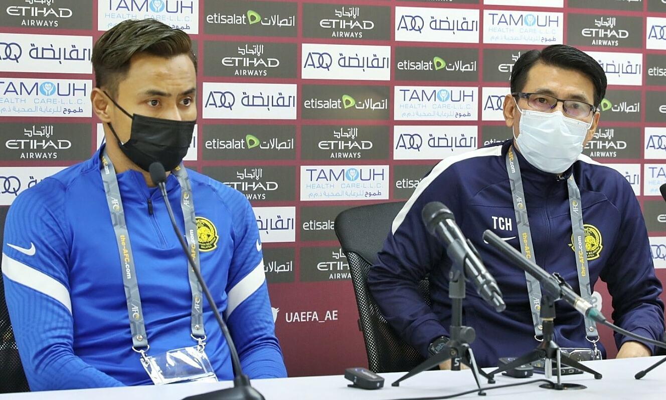 HLV Tan Cheng Hoe (phải) dự họp báo cùng đội trưởng Aidil Zafuan. Ảnh: FAM