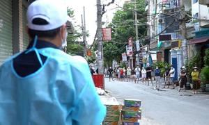 Tiếp tế thực phẩm cho khu tâm dịch Sài Gòn