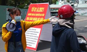 Đội tình nguyện hỗ trợ dân qua chốt phong tỏa Gò Vấp