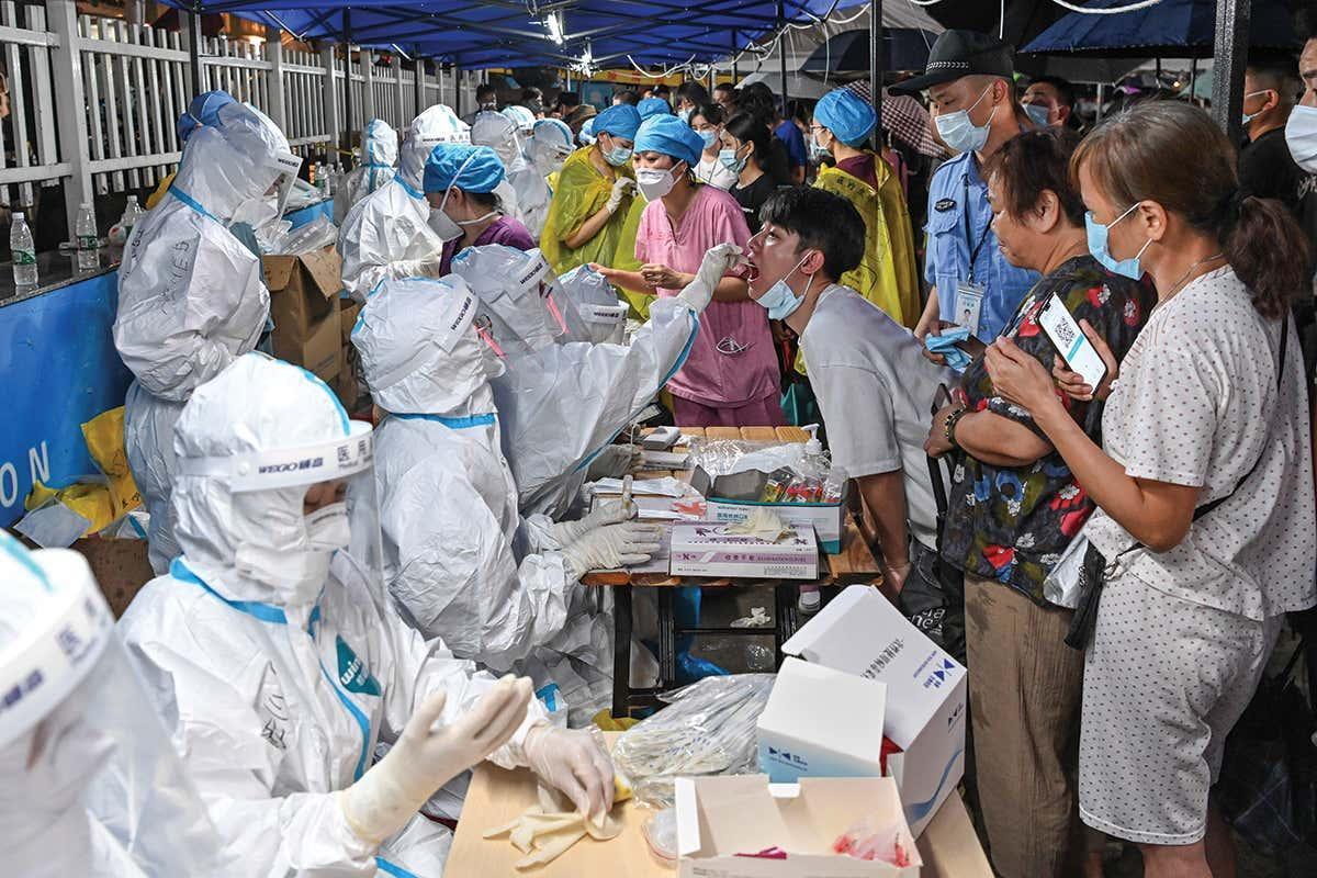 Người dân tại Quảng Đông, Trung Quốc được xét nghiệm Covid-19 vào ngày 30/5 sau khi bùng phát lây nhiễm trong cộng đồng. Ảnh: Reuters.