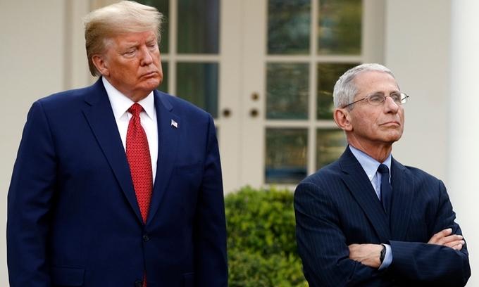 Cựu tổng thống Mỹ Donald Trump (trái) và tiến sĩ Anthony Fauci tại cuộc họp ở Vườn Hồng, Nhà Trắng, ngày 29/3/2020. Ảnh: AP.