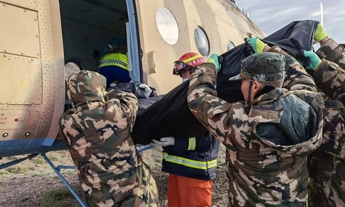 Lực lượng cứu hộ chuyển thi thể nạn nhân lên trực thăng ở huyện Cảnh Thái, thành phố Bạch Ngân, phía tây bắc tỉnh Cam Túc, Trung Quốc, hôm 23/5. Ảnh: Xinhua.