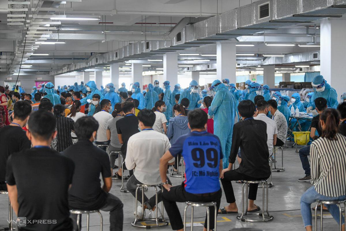 Hàng nghìn công nhân Khu công nghiệp Quang Châu được lấy mẫu xét nghiệm Covid-19, tháng 5/2021. Ảnh: Giang Huy
