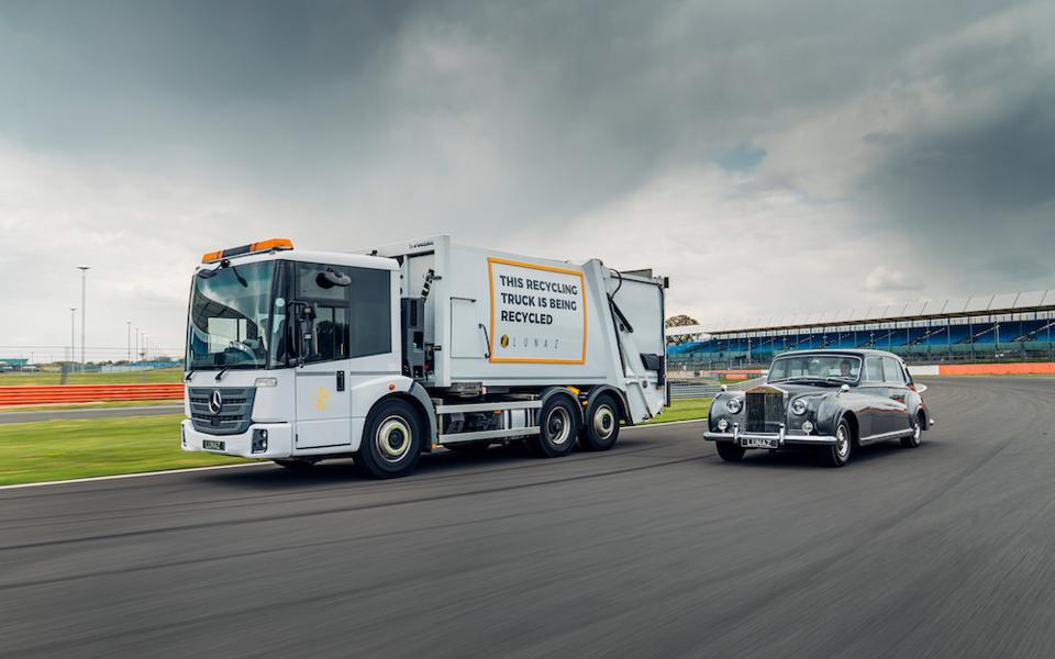 Xe tải tái sử dụng với động cơ điện và một chiếc Rolls-Royce Phantom 1961 cũng với động cơ điện do Lunaz nâng cấp tại đường chạy ở Silverstone. Ảnh: Lunaz