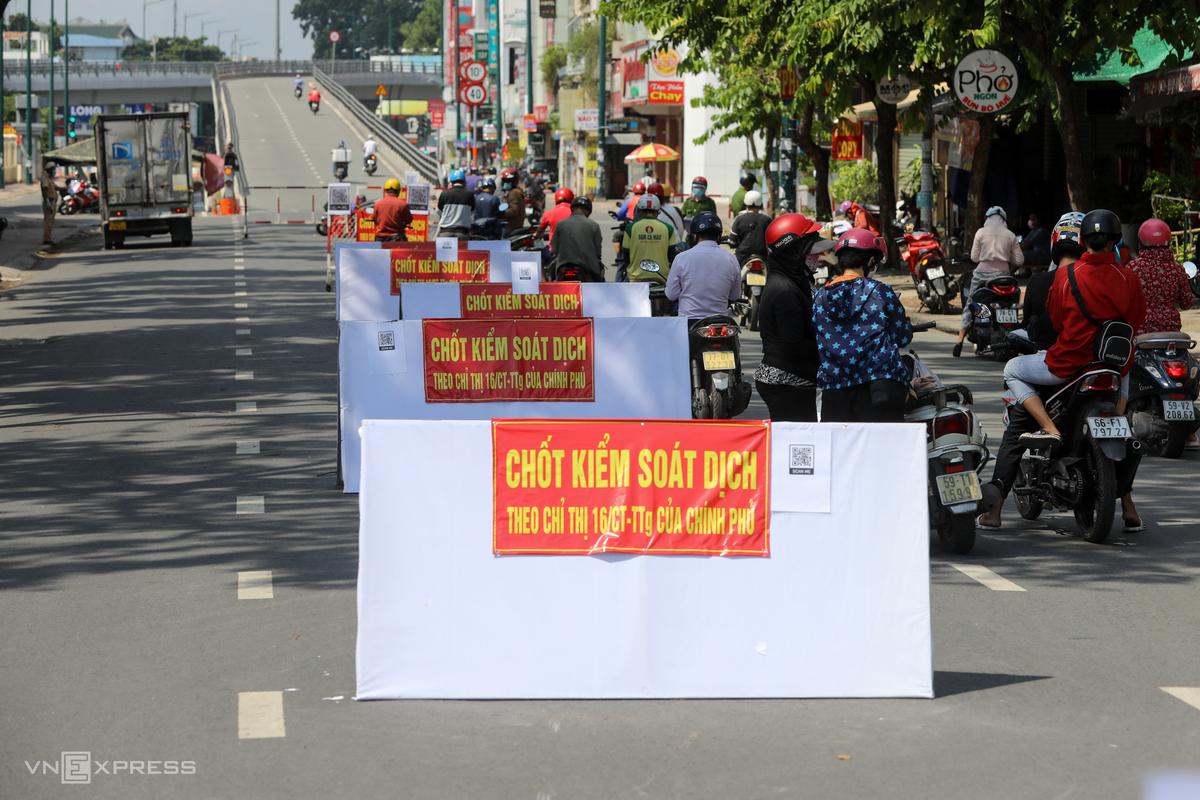 Chốt kiểm soát trên đường Nguyễn Kiệm hạn chế đi vào quận Gò Vấp khi địa phương này áp dụng giãn cách xã hội theo Chỉ thị 16, chiều 3/6. Ảnh: Quỳnh Trần.