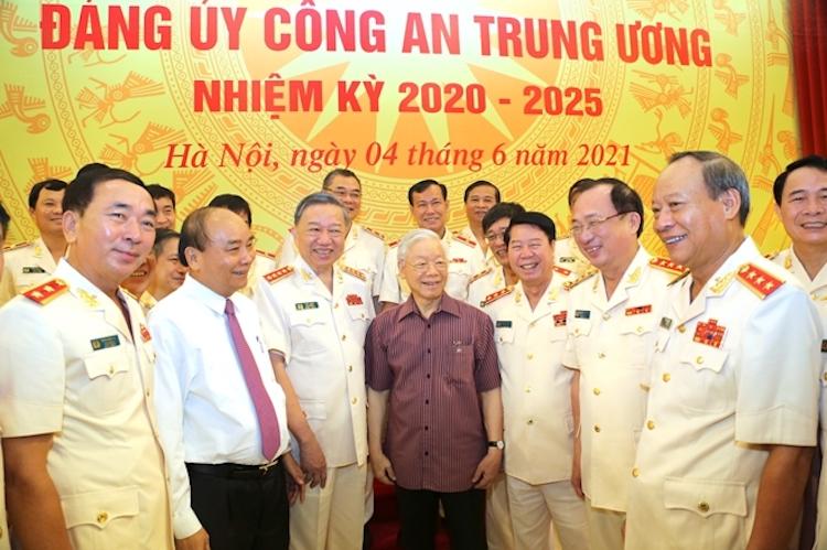 Tổng Bí thư Nguyễn Phú Trọng (thứ 4 tưd trái qua); Chủ tịch nước Nguyễn Xuân Phúc (thứ 2 từ trái qua) cùng lãnh đạo Bộ Công an. Ảnh: TTX