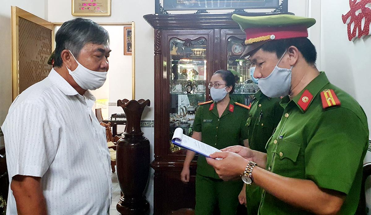 Cảnh sát đọc quyết định khởi tố, bắt tạm giam ông Nguyễn Chí Hiến, cựu Phó chủ tịch UBND tỉnh Phú Yên, sáng 4/6. Ảnh: Tấn An.