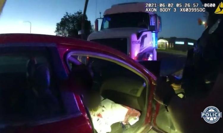Chiếc xe do bé gái 9 tuổi cầm lái va chạm với một chiếc xe kéo ở thành phố West Valley, bang Utah, Mỹ, hôm 2/6. Ảnh: CNN.