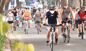 Người dân đổ ra đường đạp xe thể dục từ mờ sáng