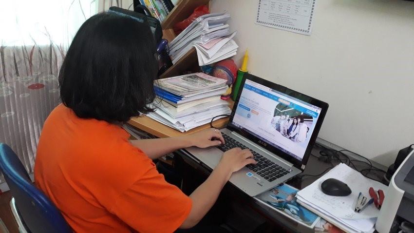 Một học sinh tham gia khóa đào tạo trực tuyến của cuộc thi để học cách sáng tạo giải quyết vấn đề.