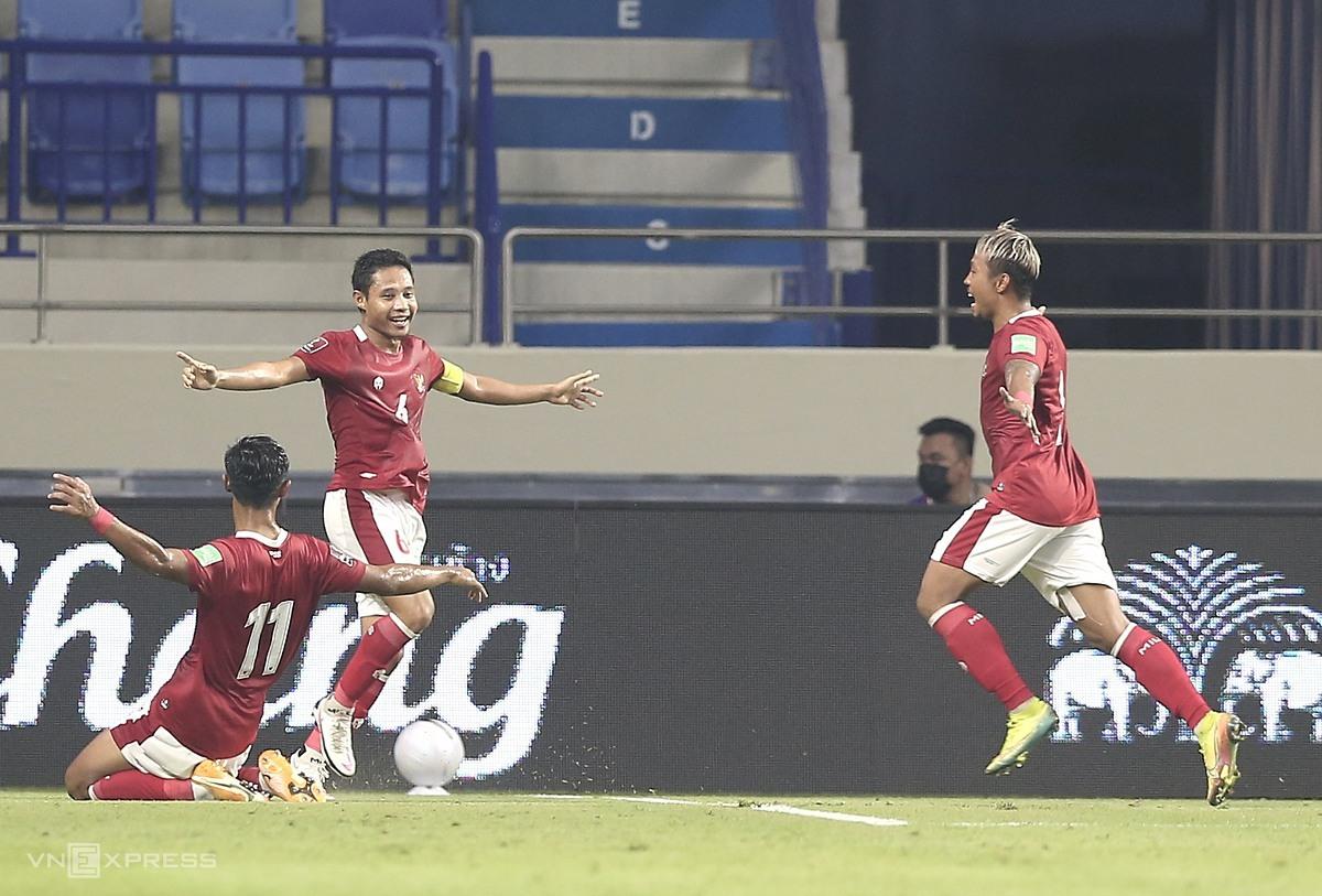 Evan Dimas mừng bàn gỡ hòa 2-2 cùng các đồng đội trong trận đấu Thái Lan tối 3/6. Ảnh: Lâm Thỏa.