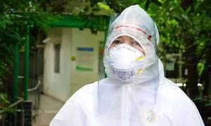 Nhân viên y tế 'như sống lại' khi tháo bỏ đồ bảo hộ