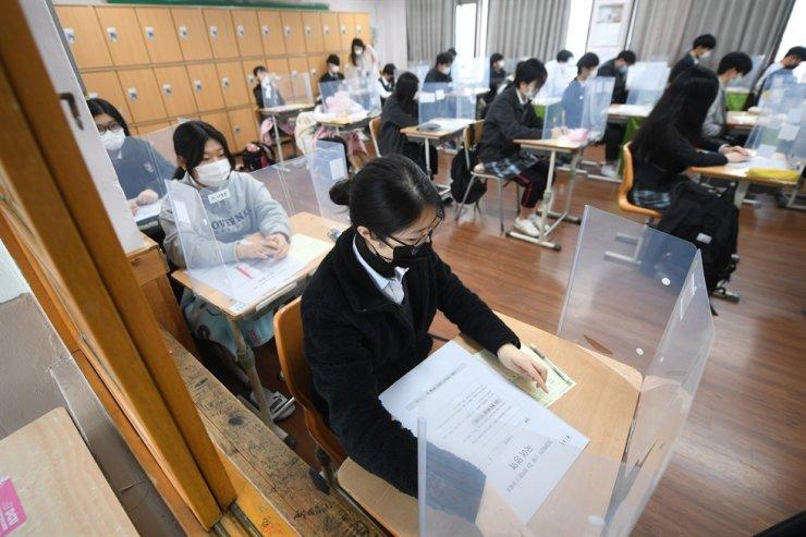 Học sinh một trường trung học ở Daegu làm bài kiểm tra, tháng 11/2020. Ảnh: Yonhap