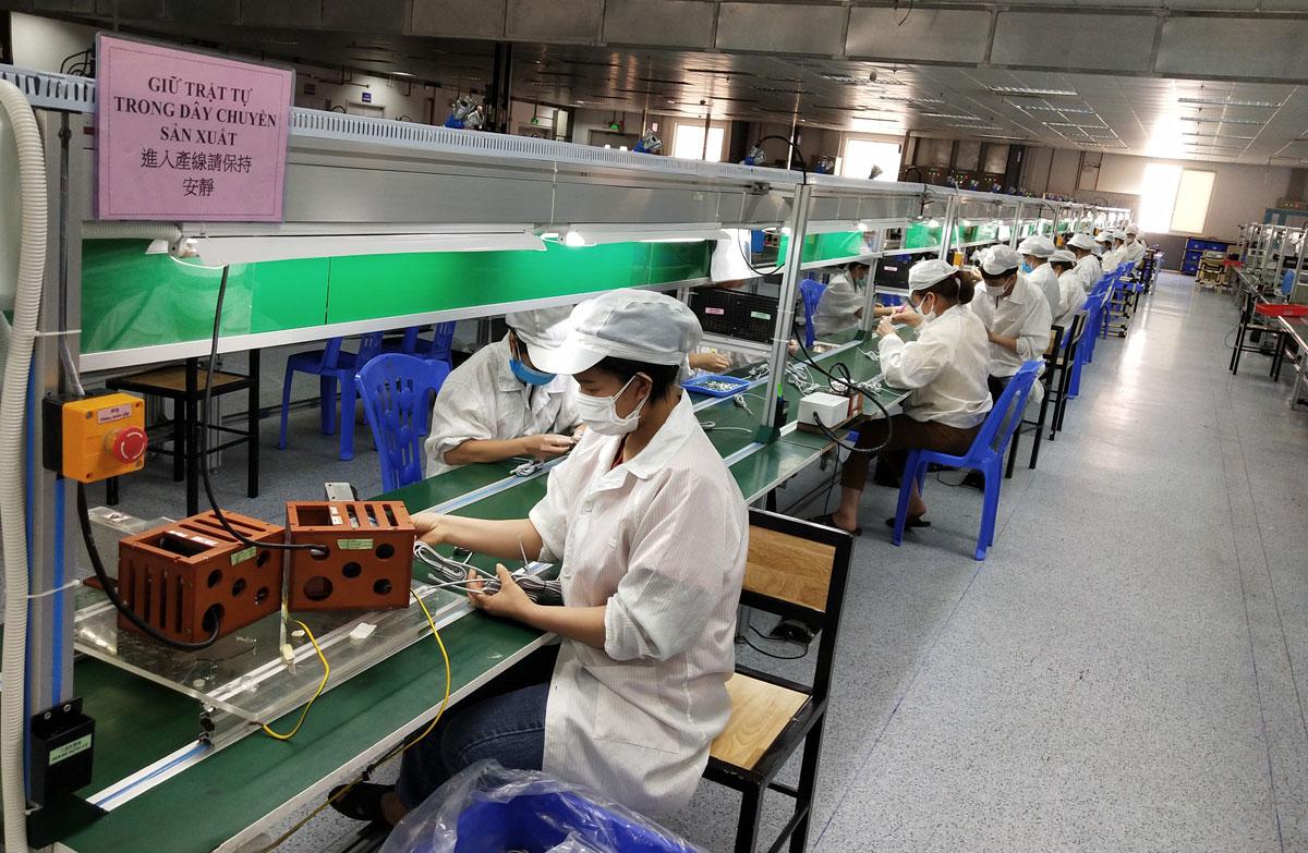 Những công nhân đầu tiên ở Bắc Giang trở lại nhà máy hôm 29/5, mười một ngày sau khi bốn khu công nghiệp tạm dừng hoạt động để phòng dịch. Ảnh: Nguyễn Ngọc