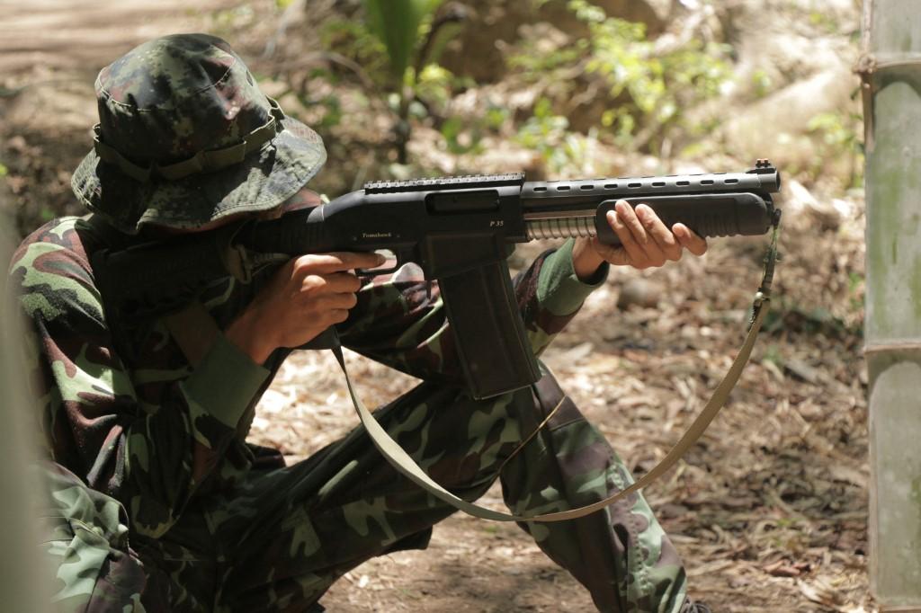 Một thành viên của phiến quân Liên minh Quốc gia Karen (KNU) trong trại huấn luyện ở Karen hồi tháng 5. Ảnh: AFP.