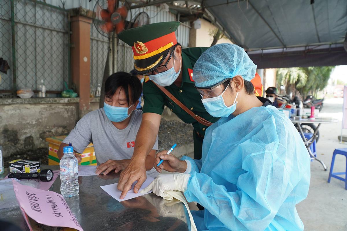Một tài xế từ TP HCM về Đồng Nai khai báo y tế ở chốt Hóa An quốc lộ 1K, sáng 5/6. Ảnh: Phước Tuấn.
