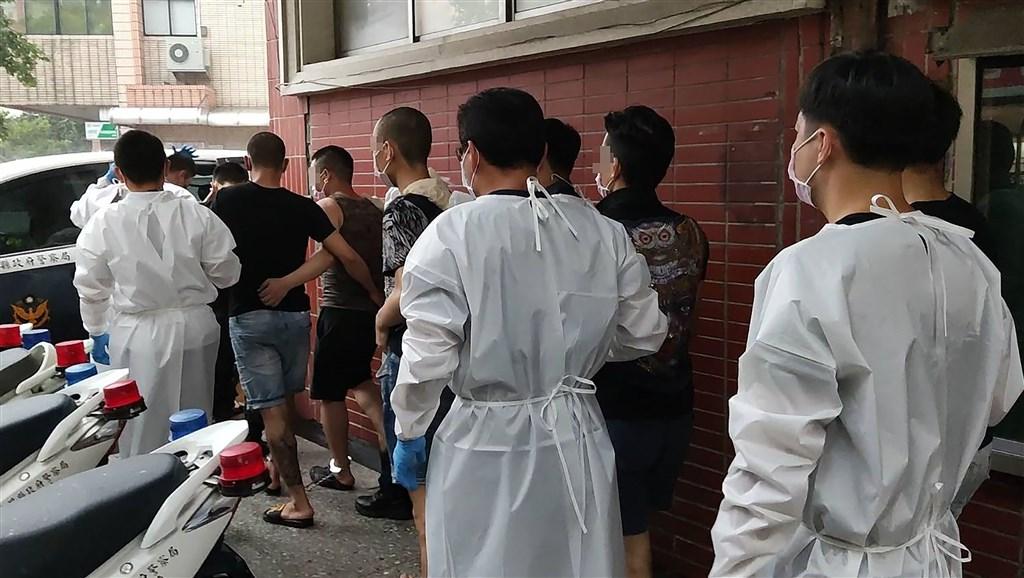 Cảnh sát Đài Loan bắt giữ công dân Việt Nam bị tình nghi là thành viên băng nhóm đòi nợ thuê ở thị trấn Bắc Đẩu, huyện Chương Hóa hôm nay. Ảnh: Focus Taiwan.