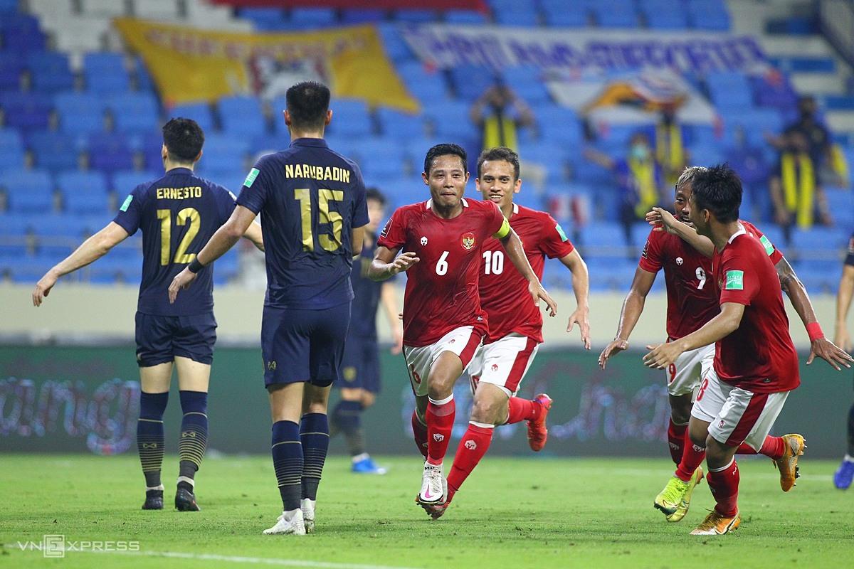 Dimas (số 6) mừng bàn gỡ hoà 2-2 trong trận đấu với Thái Lan hôm 3/6. Ảnh: Lâm Thoả.
