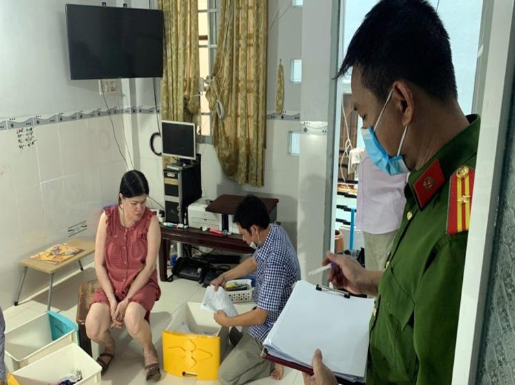 Cảnh sát khám xét nơi ở của Nguyễn Thị Thuỷ Liên. Ảnh: Công an cung cấp