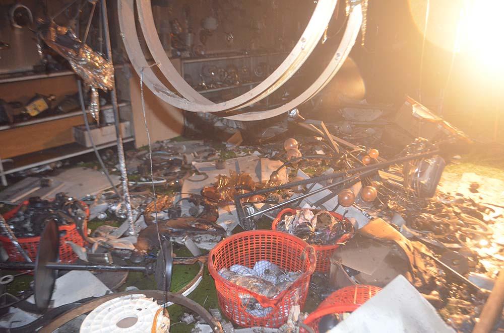 Các đồ điện của cửa hàng rơi vãi, hư hỏng sau vụ cháy. Ảnh: Văn Nam.