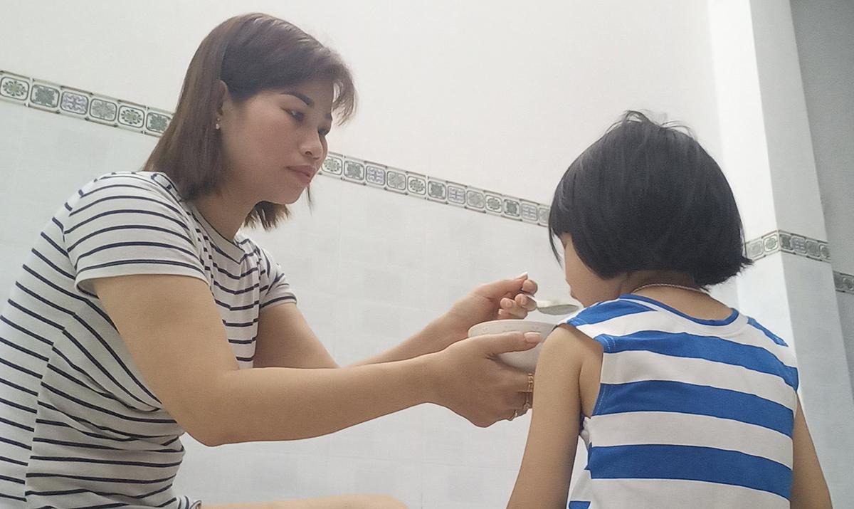 Chị Phan Thị Thanh Hòa, công nhân Công ty Nidec Việt Nam xin tạm nghỉ việc ở nhà, sáng 5/6. Ảnh: An Phương.
