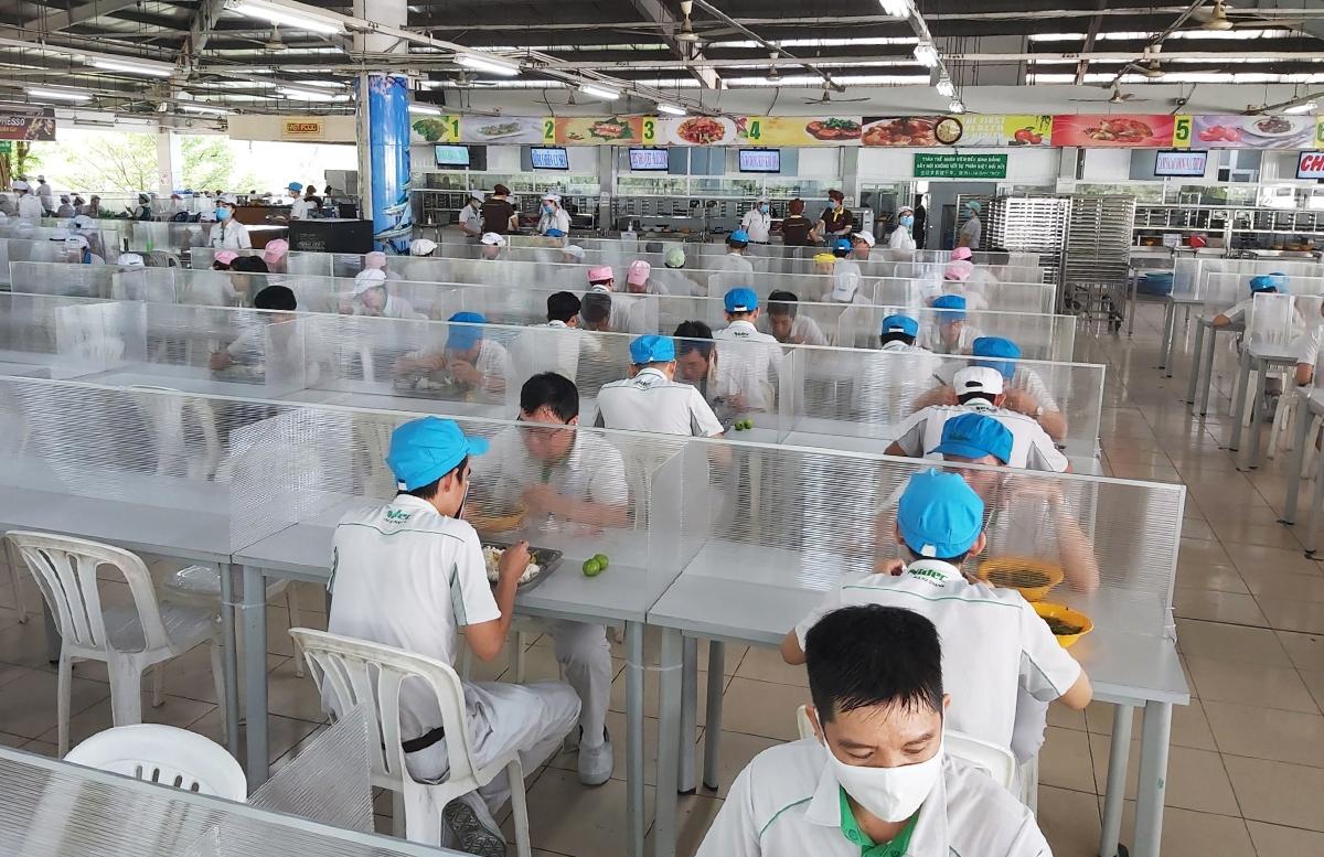 Nhà ăn của Công ty Nidec Việt Nam ở Khu công nghệ cao được lắp tấm chắn phòng dịch. Ảnh: An Phương.