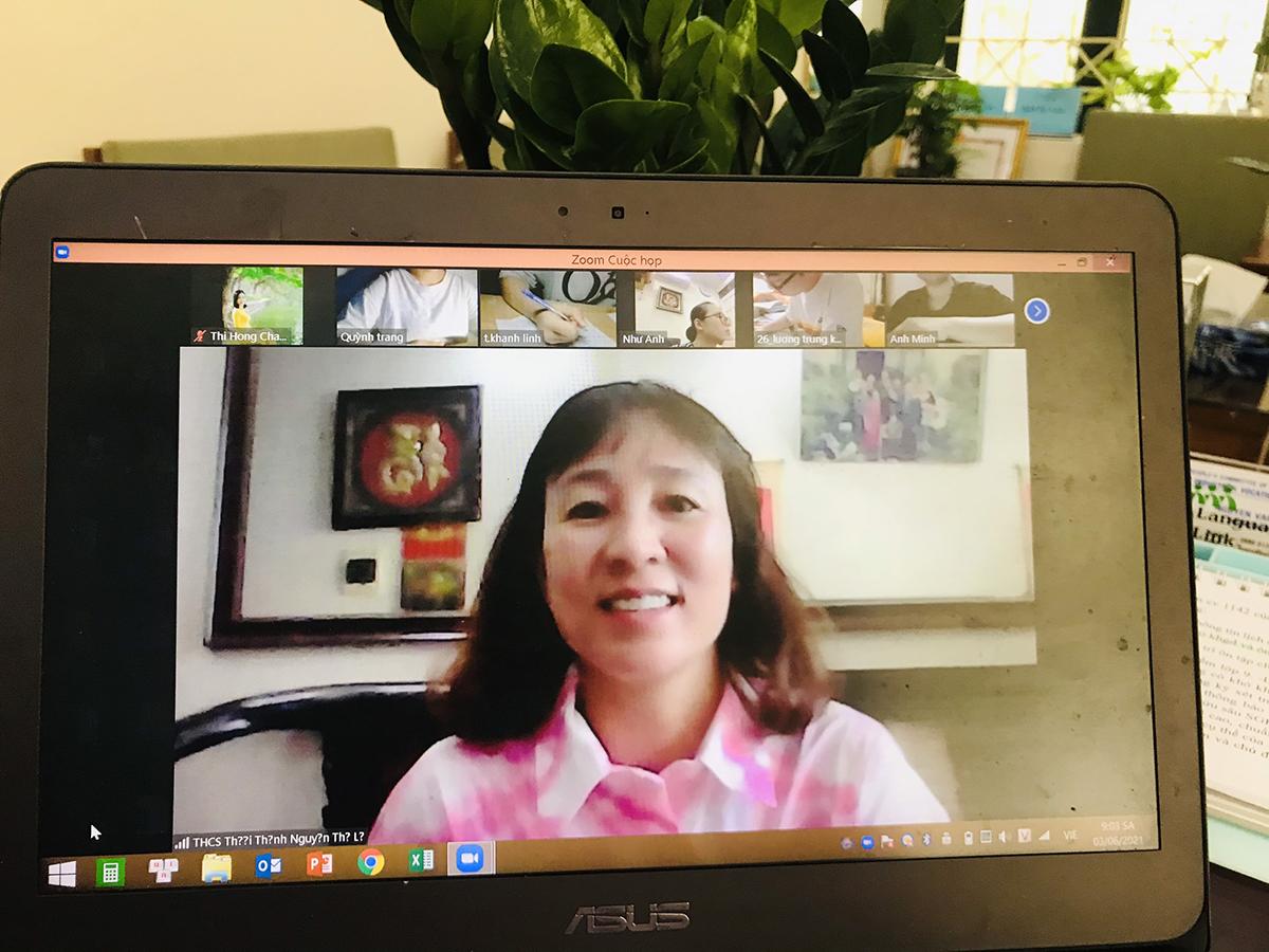 Giáo viên trường THCS Thái Thịnh coi thi thử vào lớp 10 trực tuyến hôm 3/6. Ảnh: Nhà trường cung cấp.