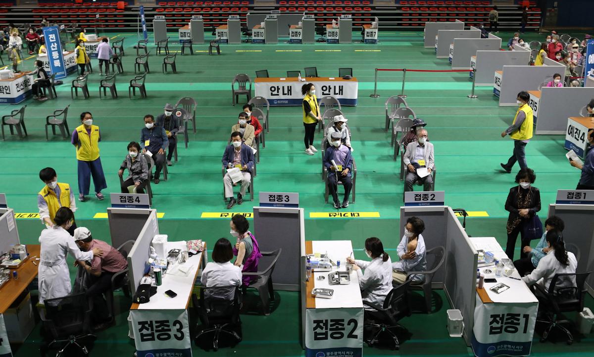 Điểm tiêm chủng ở Gwangju, phía nam Seoul, Hàn Quốc hôm 24/5. Ảnh: Yonhap.