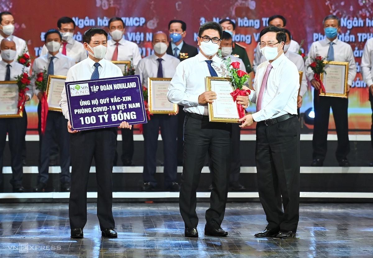 Ông Bùi Xuân Huy, Tổng giám đốc Novaland, trao số tiền ủng hộ 100 tỷ đồng cho Quỹ Vaccine Covid-19. Ảnh: Giang Huy.