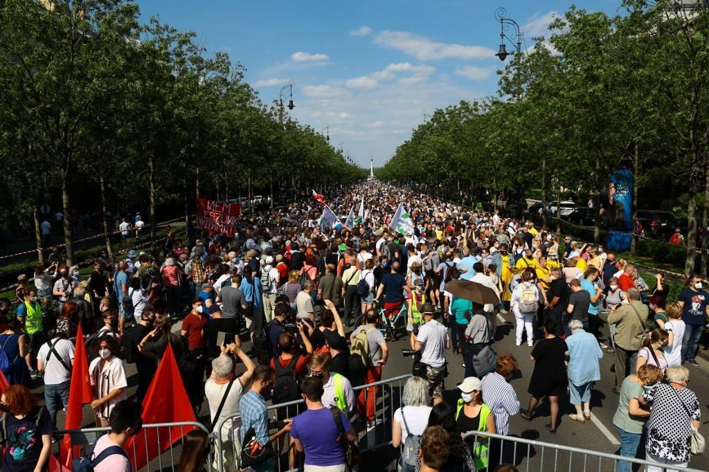 Hàng nghìn người biểu tình tại Budapest vào ngày 5/6 phản đối kế hoạch xây trường vệ tinh đại học Trung Quốc. Ảnh: AFP.