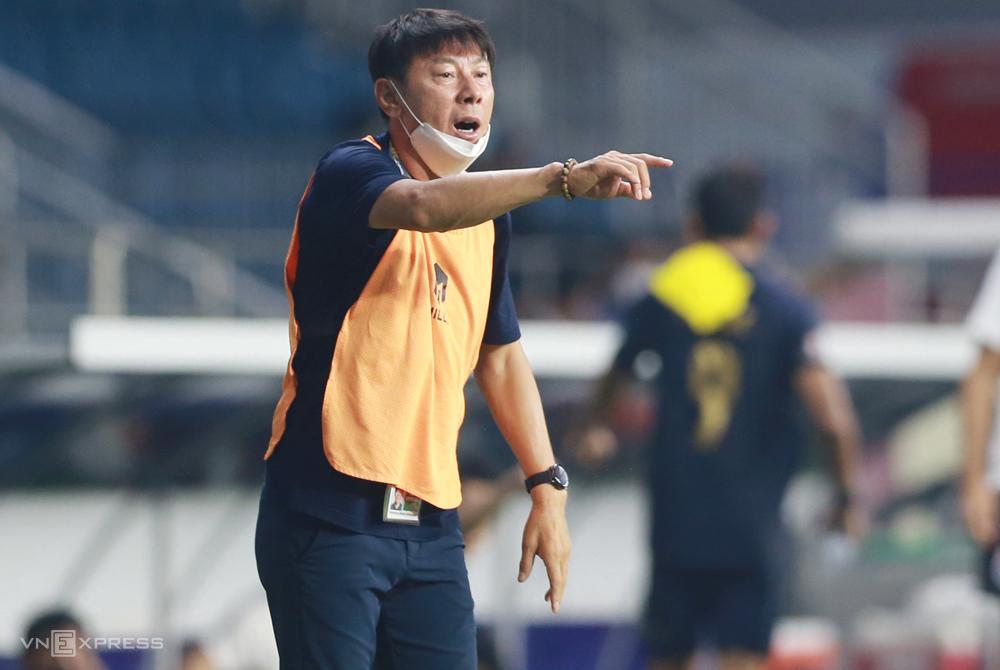 Pelatih Shi Tae-yong mengarahkan pemain Indonesia dalam hasil imbang 2-2 dengan Thailand pada 3 Juni.  Foto: Lam Thoa