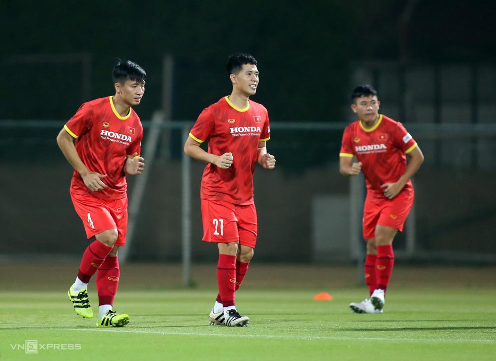 Đình Trọng (giữa) không có tên trong danh sách đăng ký của tuyển Việt Nam cho trận đấu với Indonesia do bị treo giò. Ảnh: Lâm Thoả